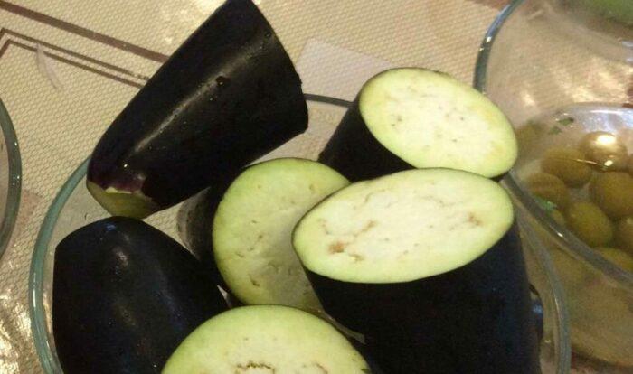 баклажаны нарезать на кружочки толщиной 4-5 см