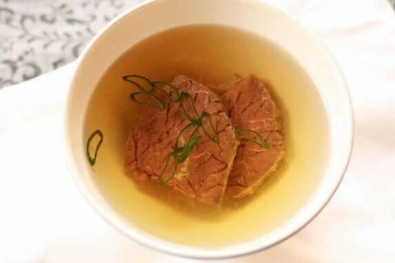 коричневый и белый бульон мясной бульон