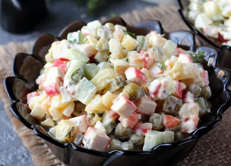 Оригинальные салаты и закуски оливье с морепродуктами Крабовые палочки, печень трески
