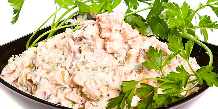 салат морячка рис, зубатка горячего копчения, лук, яйцо