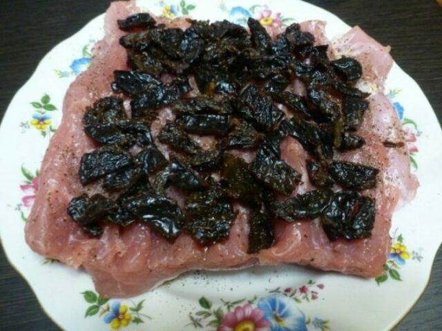 Мясной рулет из свинины с начинкой.