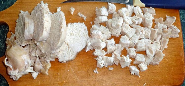 нарезать отварную курицу. Салат из курицы чернослива и огурцов