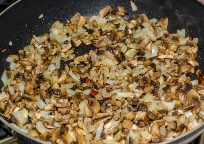 поджарить грибы с луком на сковороде