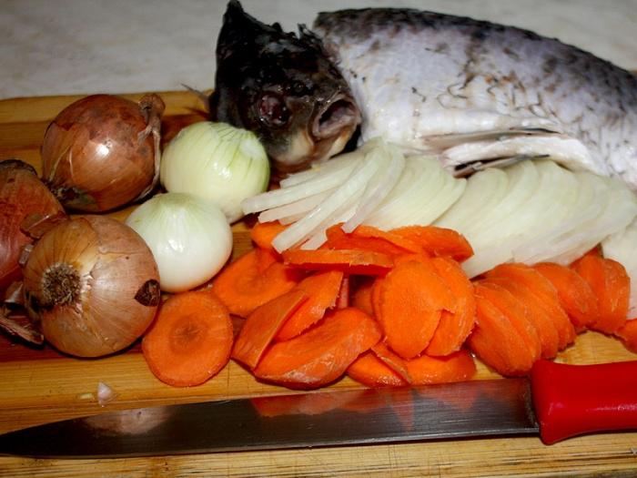 Запеченный карп с овощами.