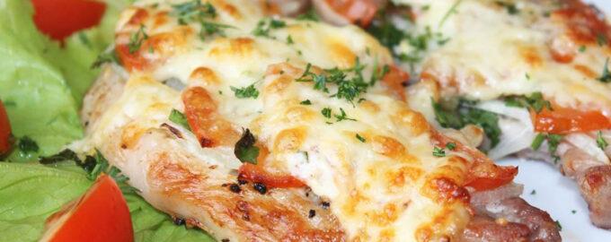 Отбивные с помидором и сыром