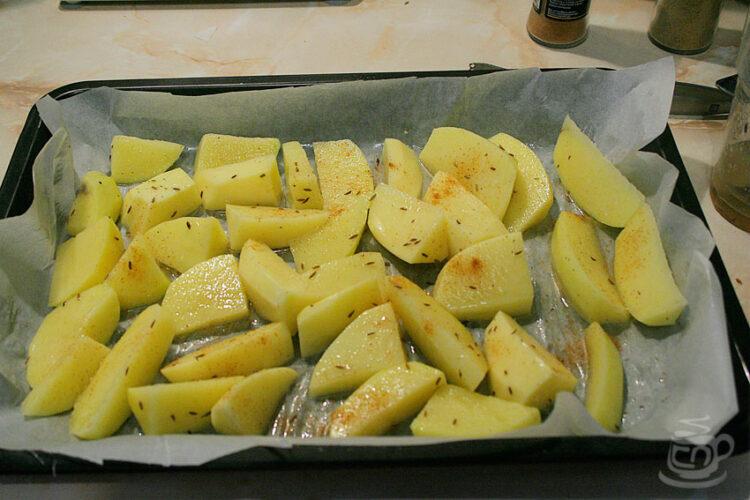 Очистить картофель, выкладываем на противень