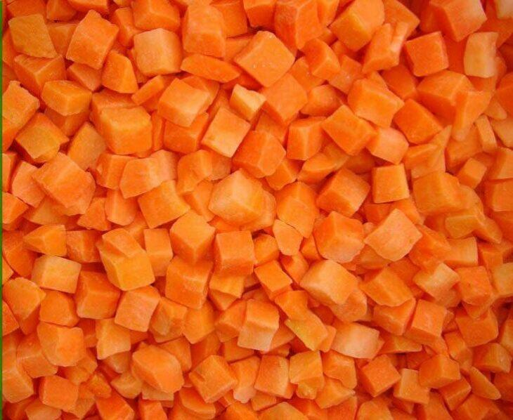 морковь режем на кубики