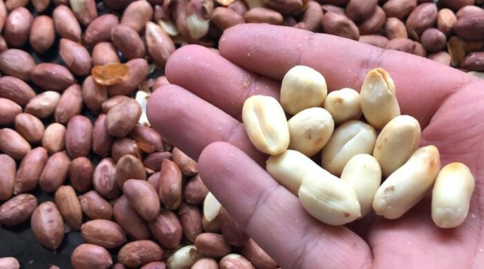 жарим и очищаем арахис