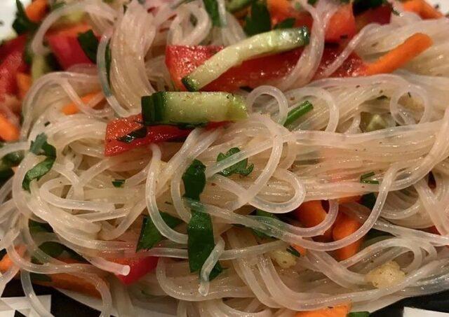 салат из фунчозы с грушей