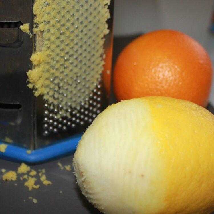 Цедру апельсина и лимона натереть на терке