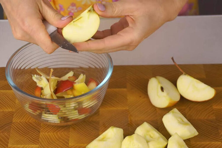 Яблоко чистим и удаляем сердцевину
