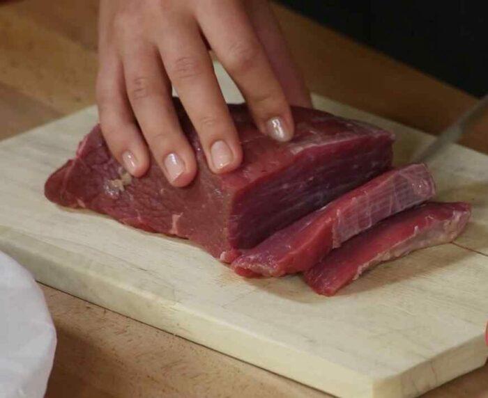 режем говядину на куски
