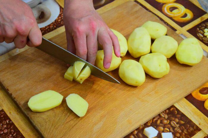 картофель режем на дольки