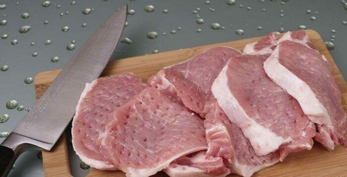 режем мясо свинины на средние куски