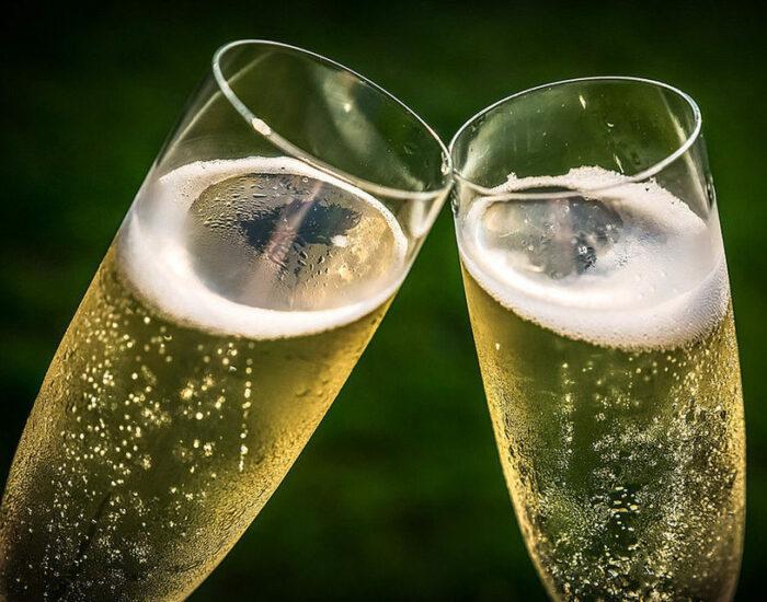 Холодное с волнующимися пузырьками шампанское