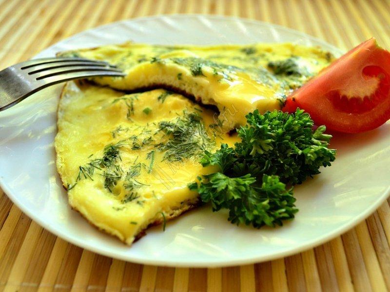 Омлет с сыром и зеленью.