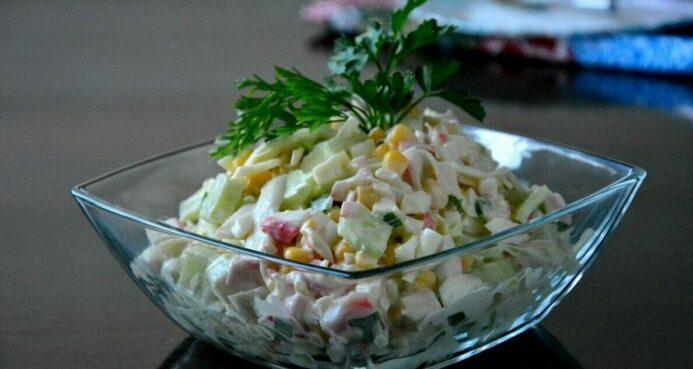Рецепт салата из крабовых палочек с капустой.