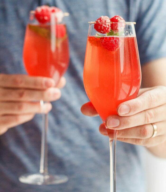 коктейль шампанское и клубника. Клубника для романтического вечера.