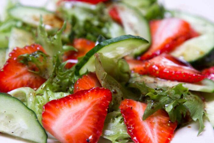 салат из клубники с огурцоми с мясом. Клубника для романтического вечера.
