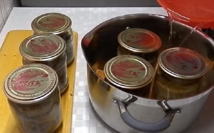 стерилизации банок с заготовками в кастрюле. Заготовим овощи и фрукты на зиму