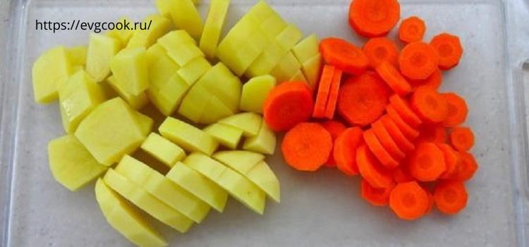 Режем картофель на крупные кусочки. Морковь на кружочки