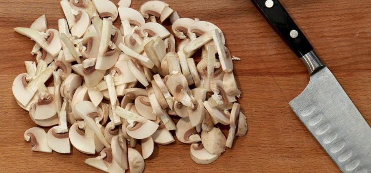 режем грибы на пластины