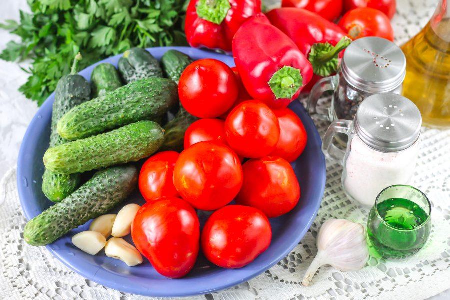 овощи для салата ассорти из помидор и огурцов. Вкусное ассорти помидоры с огурцами,